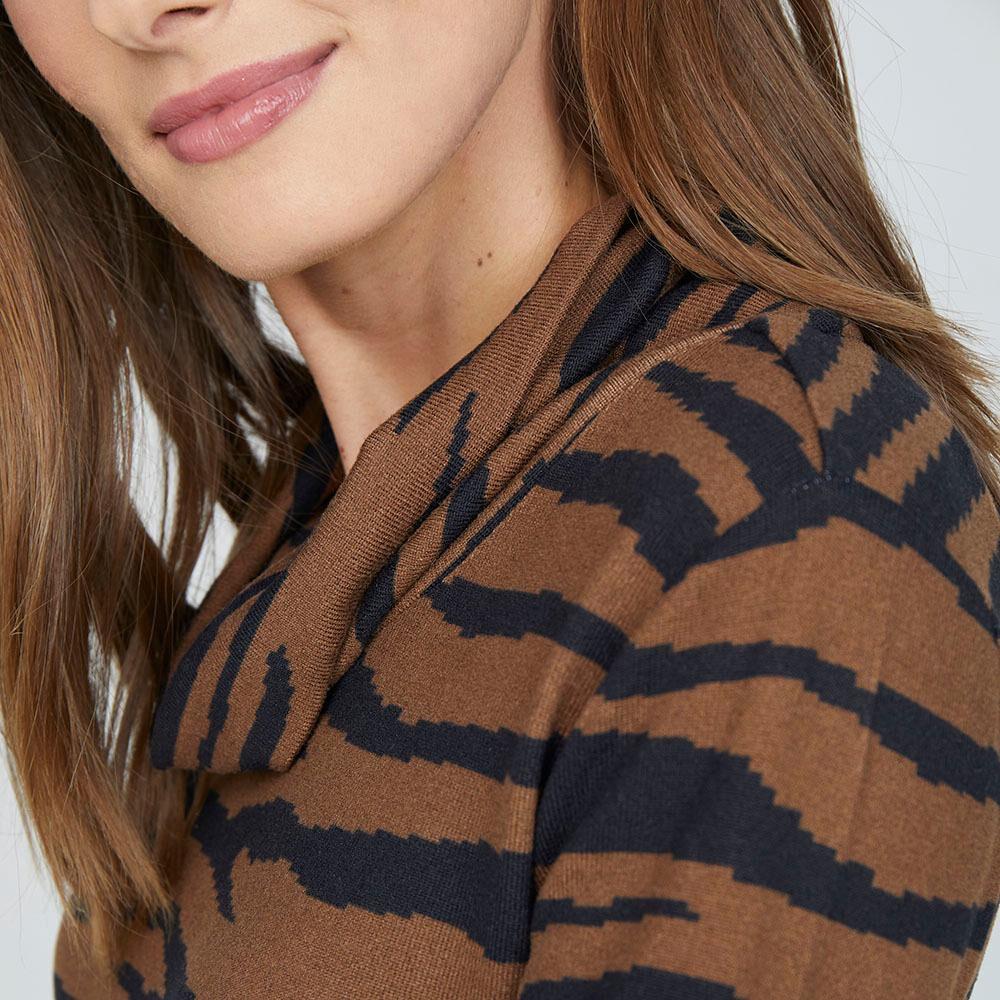 Sweater Estampado Cuello Alto Mujer Lesage image number 3.0